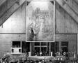 Widok na prezbiterium z obrazem w trakcie Mszy św. (1958)