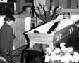 Modlitwa przy trumnie ks. Woźnego w kościele - 24.08.1983